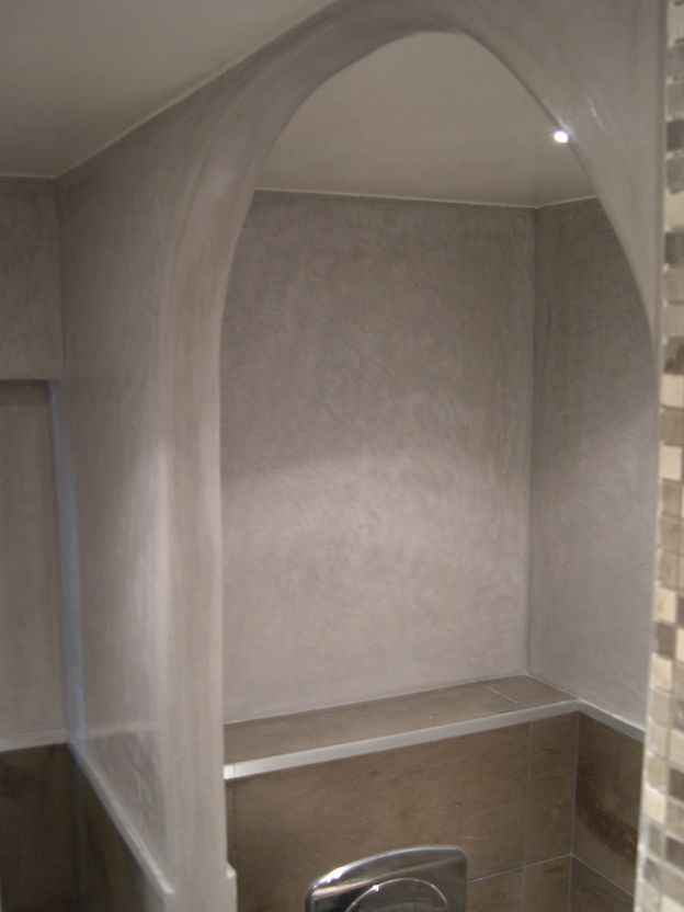 Tadelakt de marrakech lahouari tahiri salle d eau arc en tadelakt gris souris for Salle de bain tadelakt gris